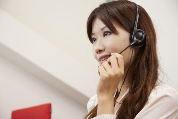 ヘッドフォンをつけて電話をする女性